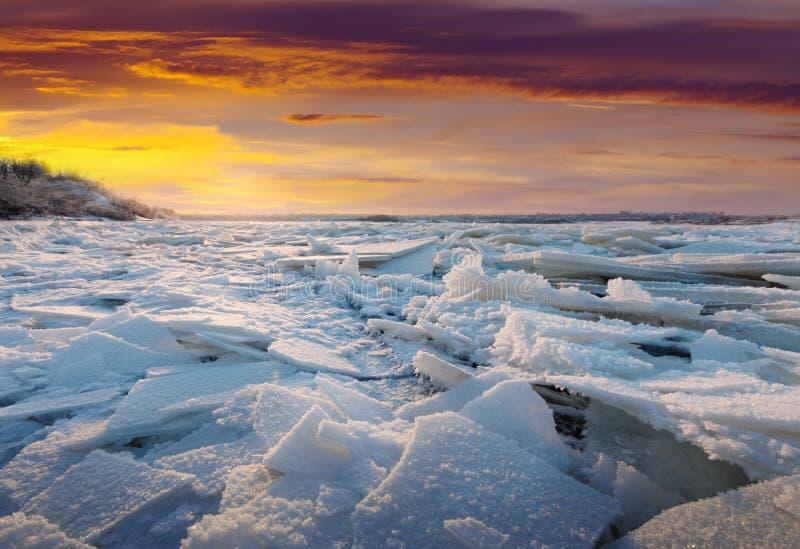 Flod i frostig vintersolnedgång royaltyfria bilder