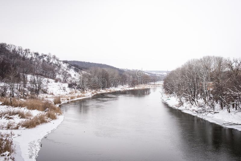 Flod i vinter royaltyfria bilder