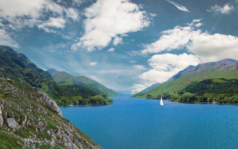Flod inom berg royaltyfria foton