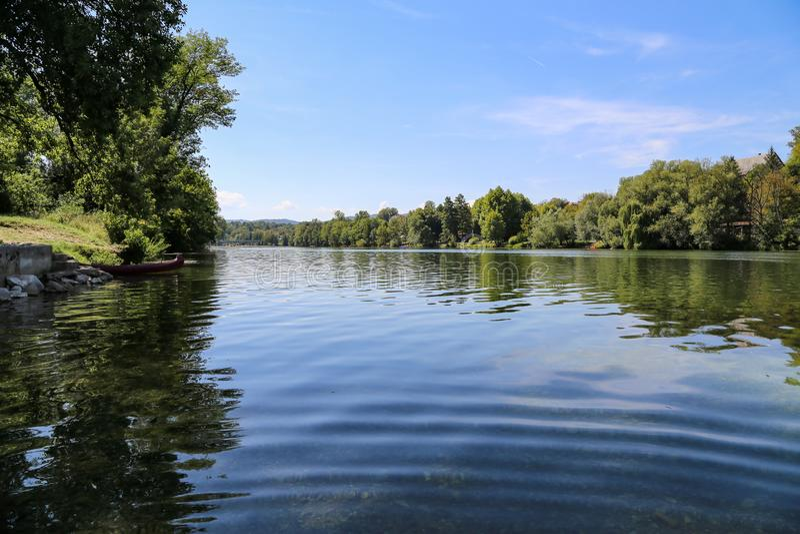 Flod Kupa i Kroatien arkivbild