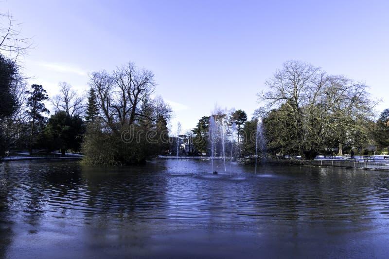 Flod Leam - pumprum/Jephson trädgårdar, kungliga Leamington Spa fotografering för bildbyråer