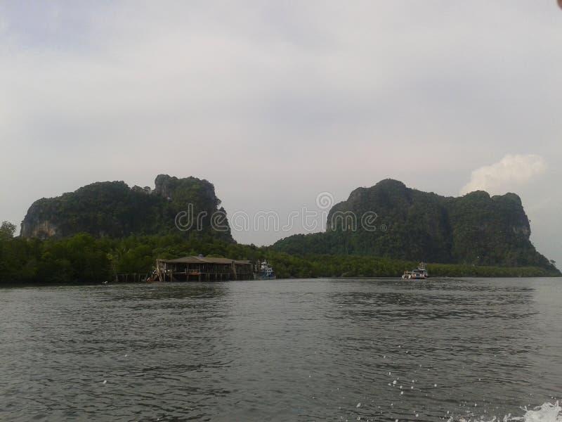 Flod med berget i Thailand royaltyfria foton