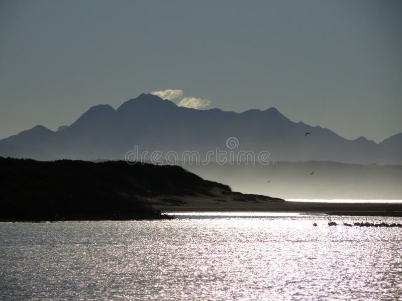Flod med berget och reflexioner royaltyfri fotografi