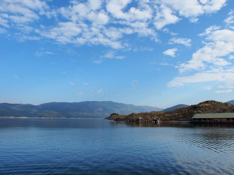 Flod med blå himmel royaltyfria bilder