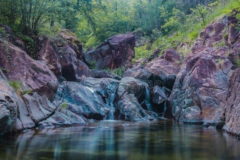 Flod med den lilla vattenfallet arkivfoto