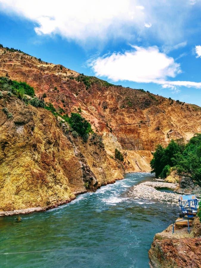 Flod med kristallklart vatten i den Anderna bergskedjan, söder av Chile, San Clemente arkivbilder