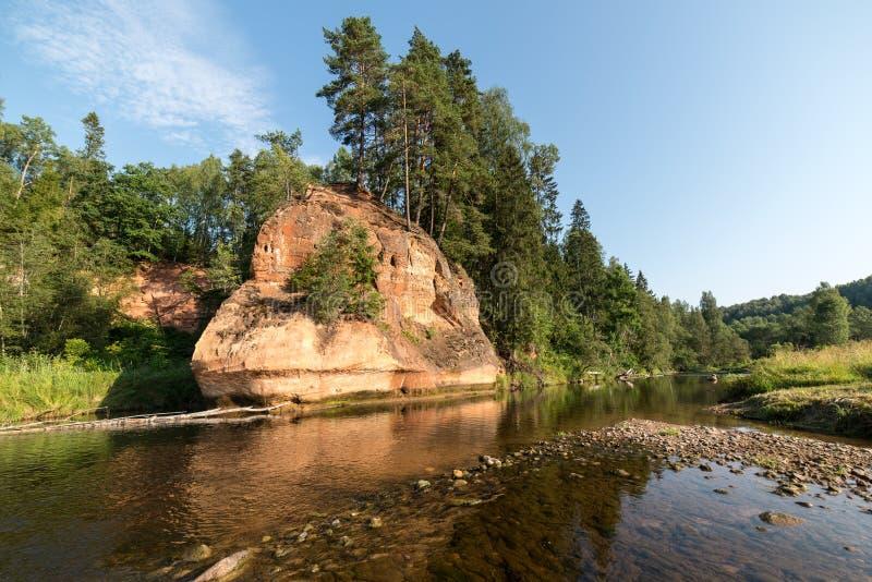 Flod med reflexioner i vatten- och sandstenklippor arkivfoton