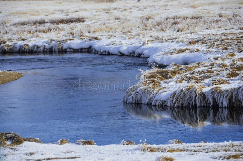 Flod med snö arkivbild