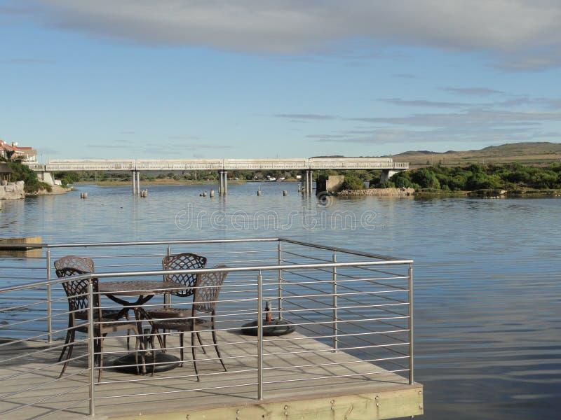 Flod med stolar och bron arkivfoton
