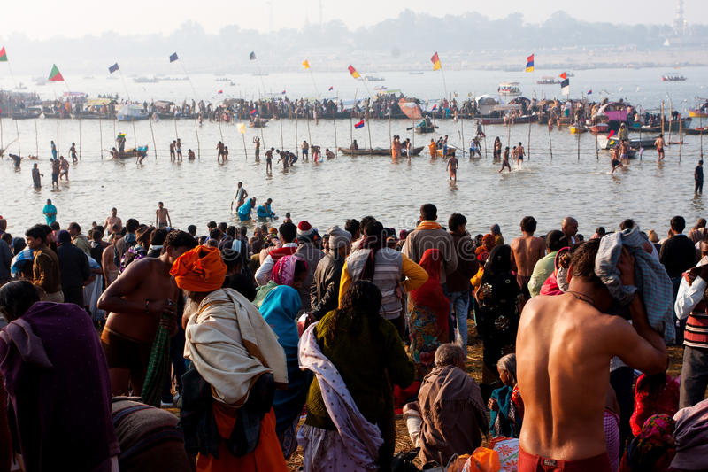 Flod med tusentals folk royaltyfri fotografi