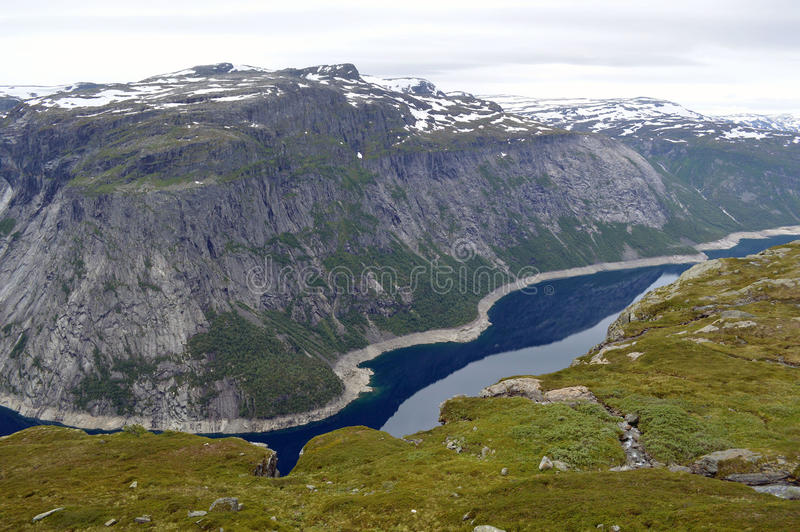 Flod in - mellan berget i Odda, Norge arkivfoto