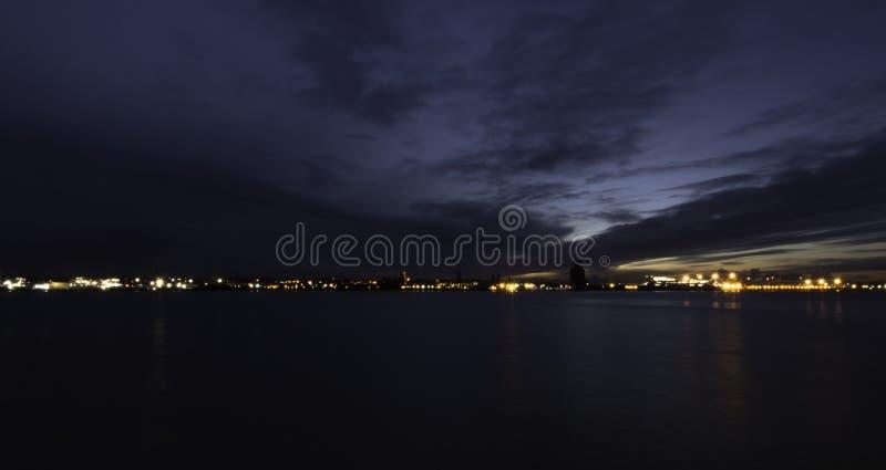 Flod Mersey och Birkenhead vid natt royaltyfria bilder