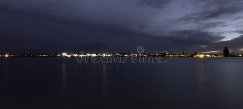 Flod Mersey och Birkenhead vid natt arkivbild
