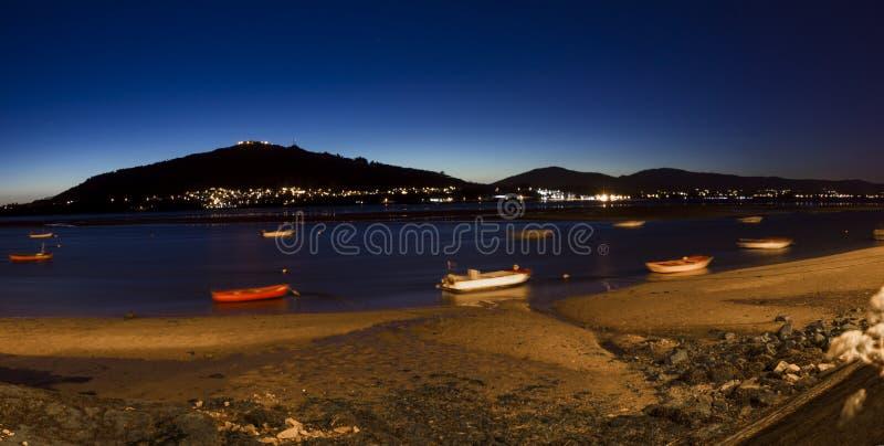 Flod Minho och fartyg på staden av Caminha arkivbild