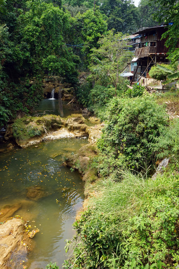 Flod nära grottan arkivbild