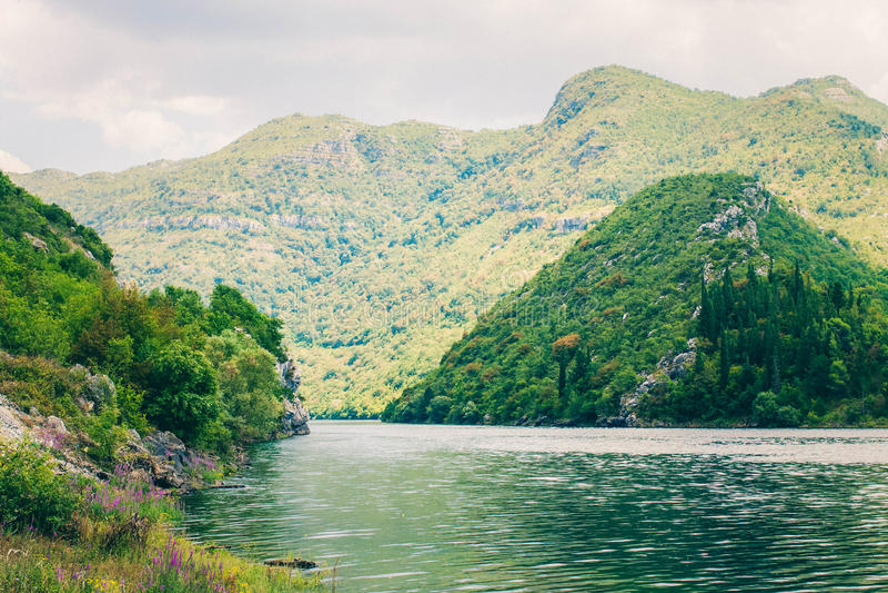 Flod och berg i Bosnien och Hercegovina barlast Bosnien och Hercegovina flod nära vägen arkivfoton