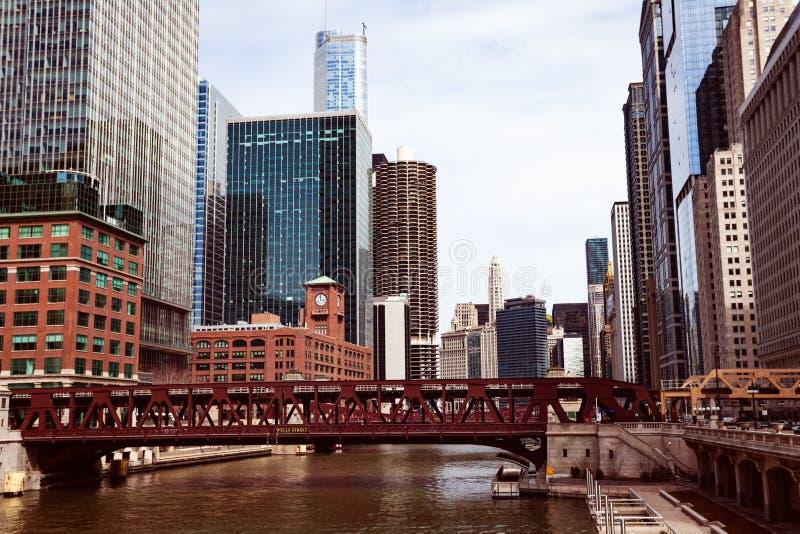 Flod och cityscapesikt från bron i Chicago fotografering för bildbyråer