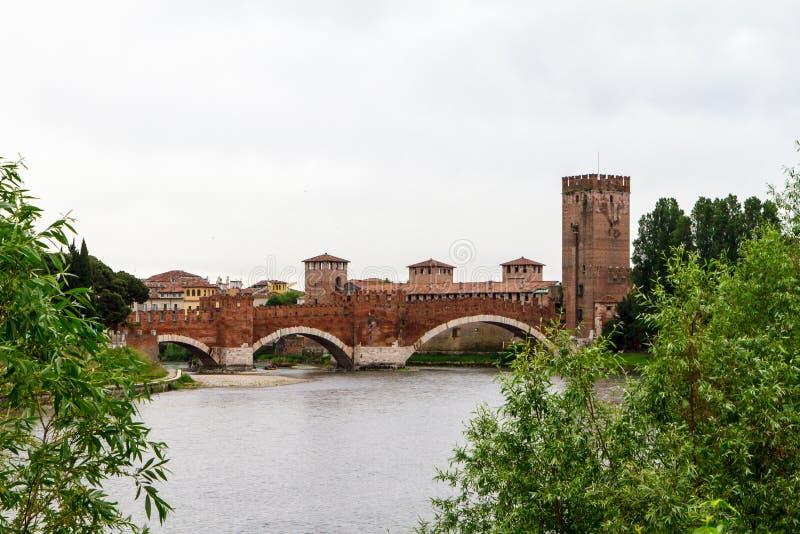 Flod och ett fragment av fästningen i Verona Italien 07 05,2017 arkivfoton