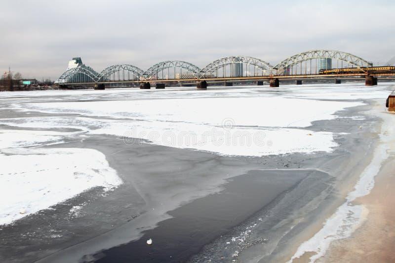 Flod och järnvägsbro latvia riga fotografering för bildbyråer