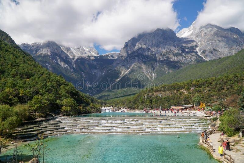 Flod och Jade Dragon Snow Mountain China för vitt vatten arkivfoton