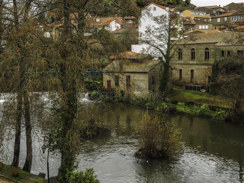 Flod och medeltida by av Allariz royaltyfri fotografi