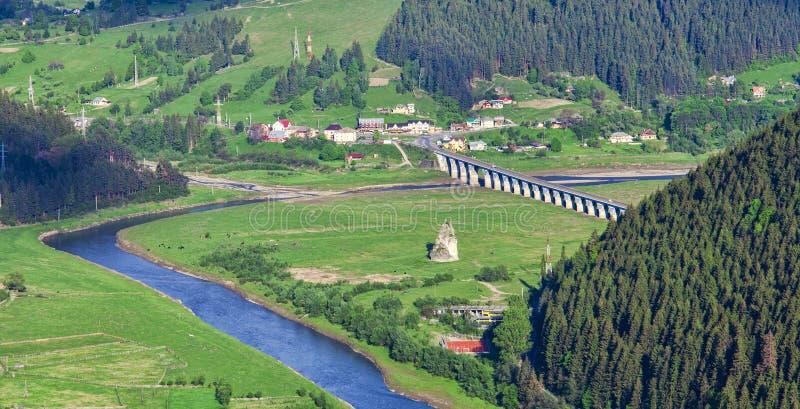 Flod och skog i rumänskt berg royaltyfri bild