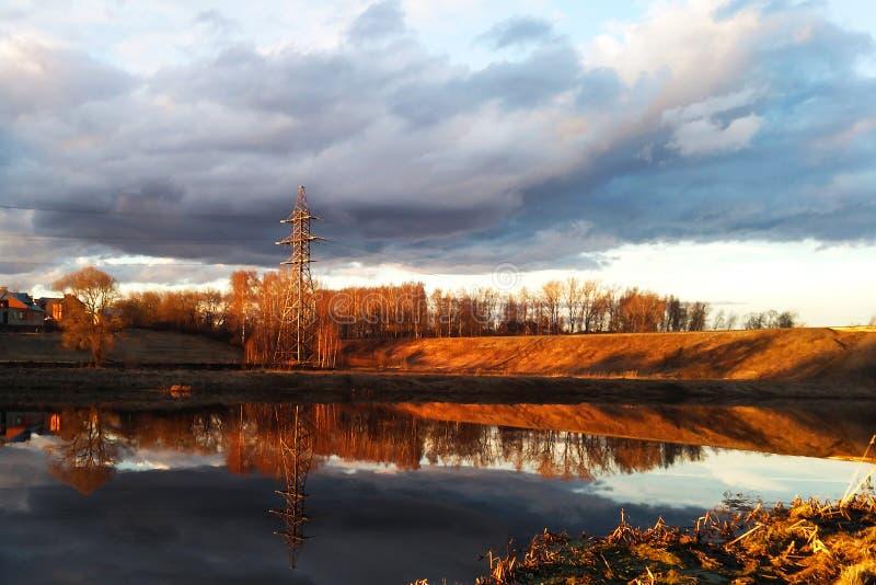 Flod och slätt i soluppgången arkivfoto