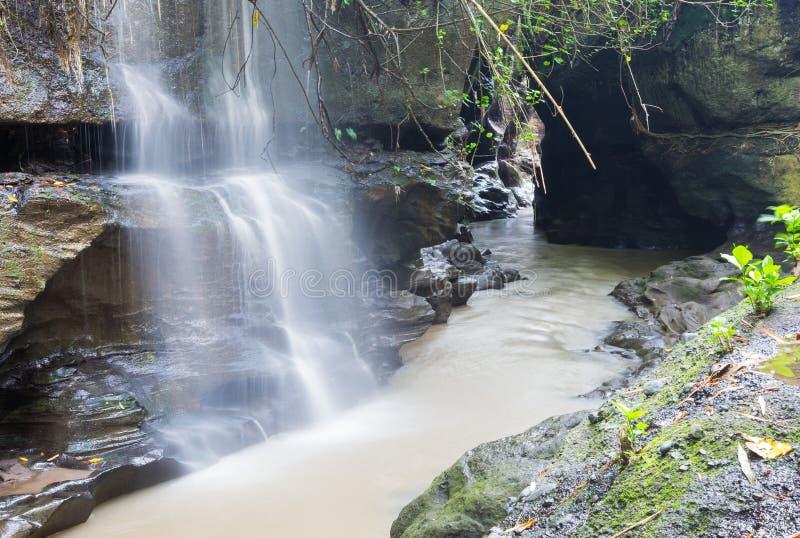 Flod och vattenfall i gömd smal kanjon mellan berg, C arkivfoton
