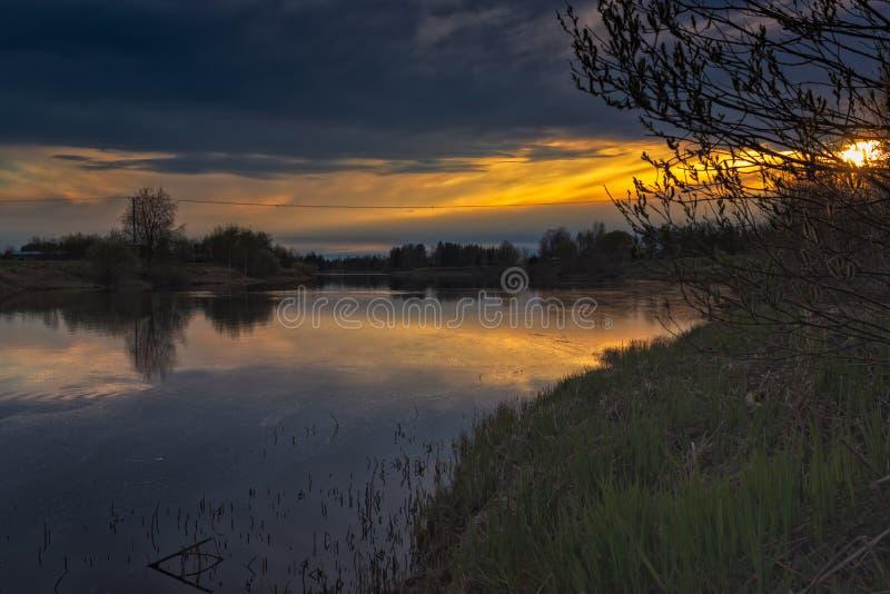 Flod på solnedgången fotografering för bildbyråer