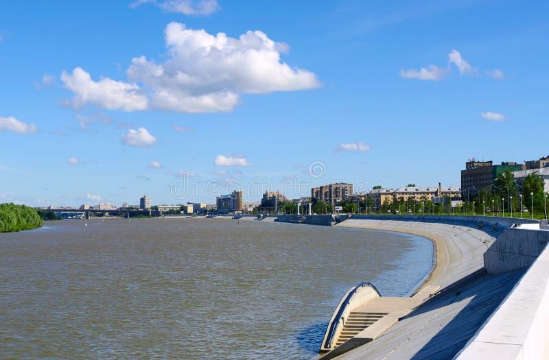 flod russia för irtyshomsk kaj royaltyfria foton