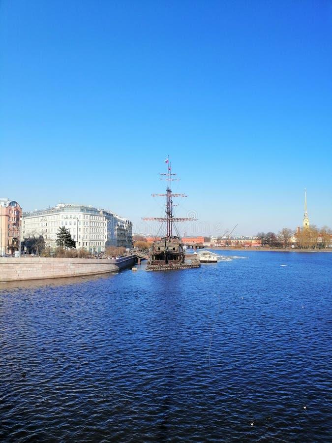 Flod, segelbåt och tornspiran av fästningen royaltyfri foto