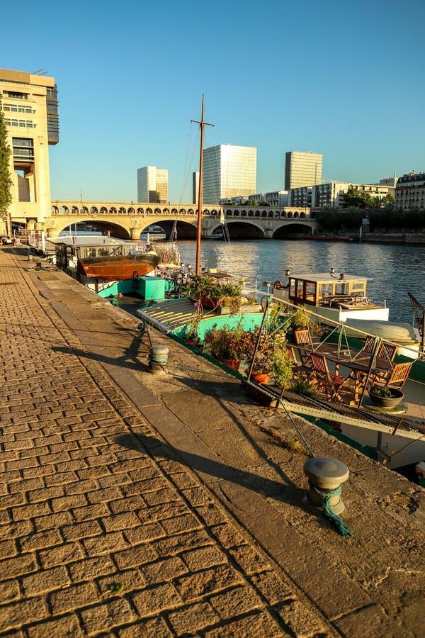 Flod Seine i Paris i solaftonen fotografering för bildbyråer