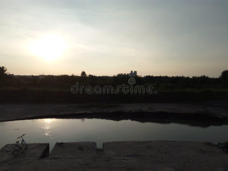 Flod & solnedgång royaltyfria bilder