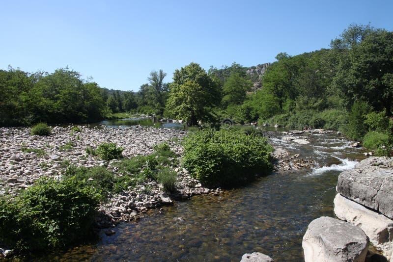 Flod som är skattskyldig av Ardechen i söderna av Frankrike arkivbilder