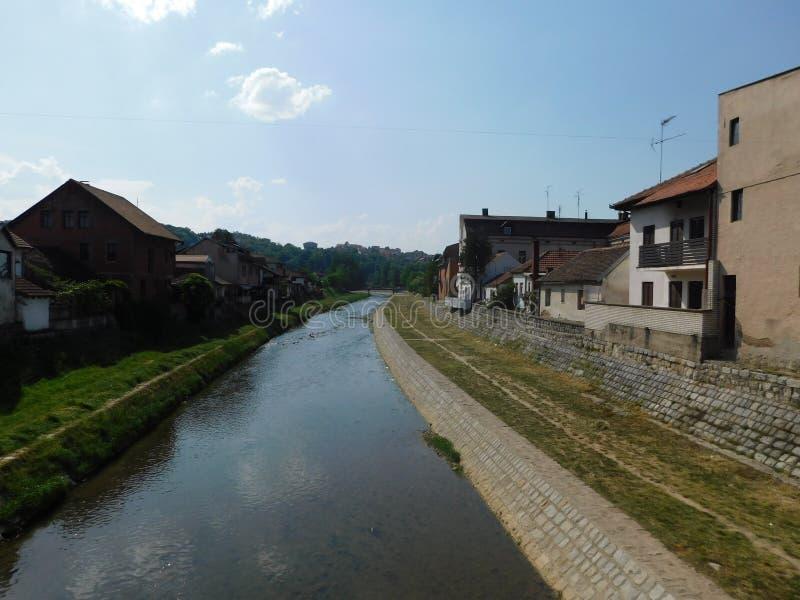 Flod som flödar till och med staden arkivbilder