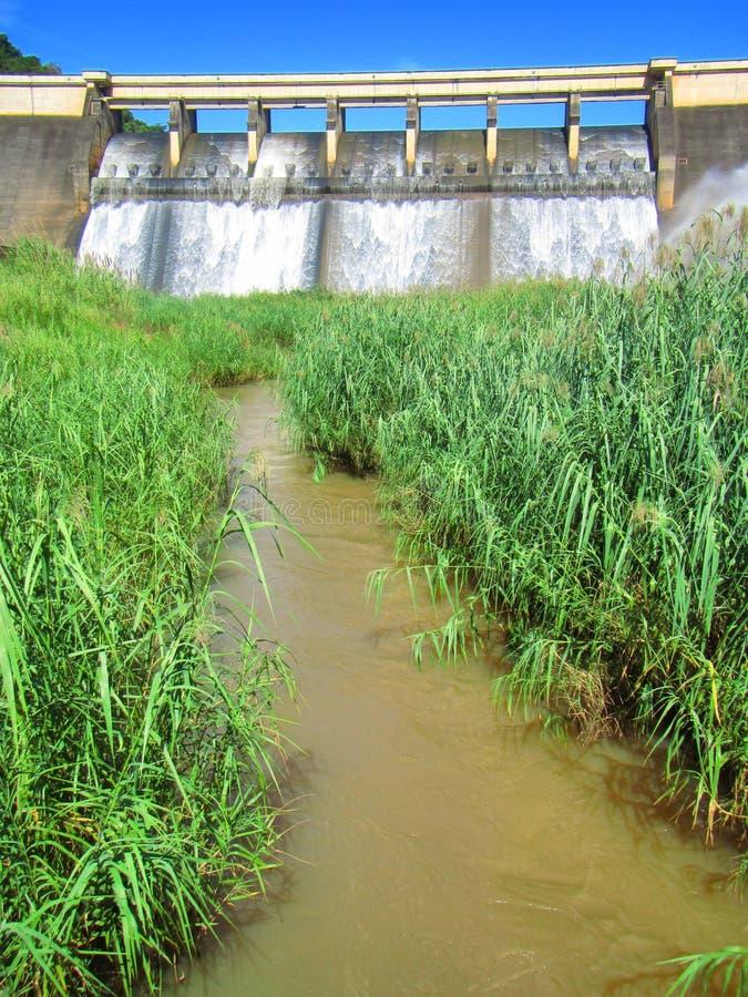 Flod som kommer från fördämningväggen arkivbilder