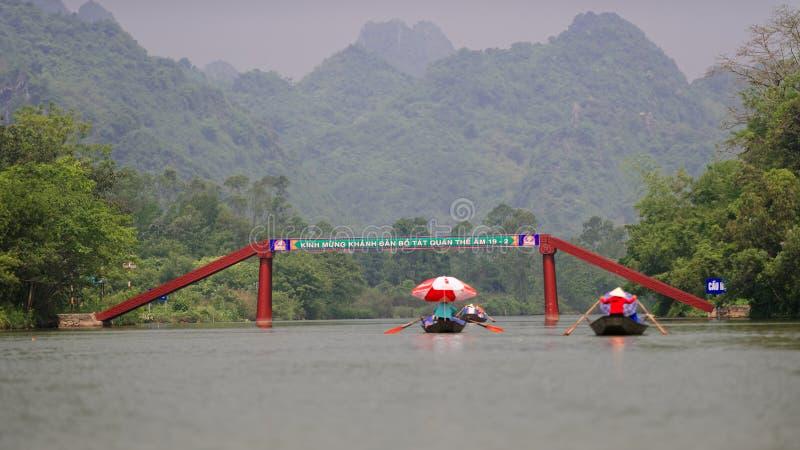 Flod som parfymerar pagoden, Vietnam royaltyfri foto