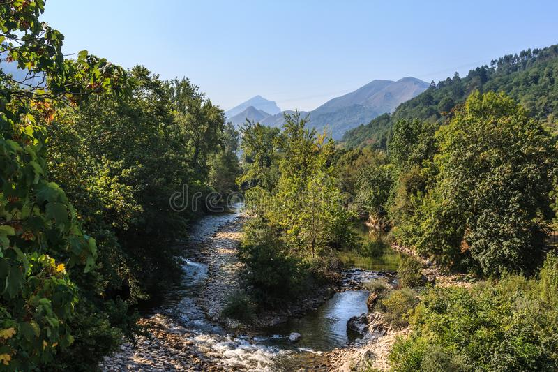 Flod som ses från en bro arkivbilder
