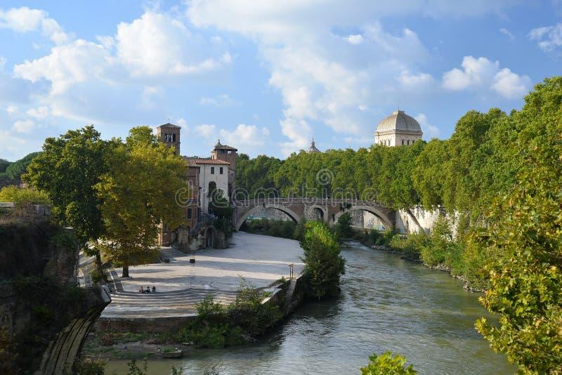Flod Tiber och den Tiberina ön i Rome, Italien royaltyfria foton