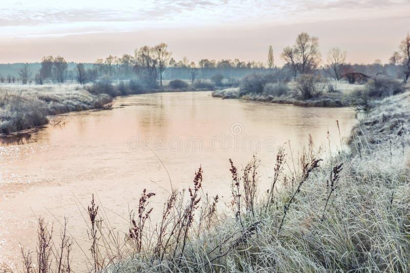 Flod tidigt på morgonen Den första frosten i sen höst fotografering för bildbyråer