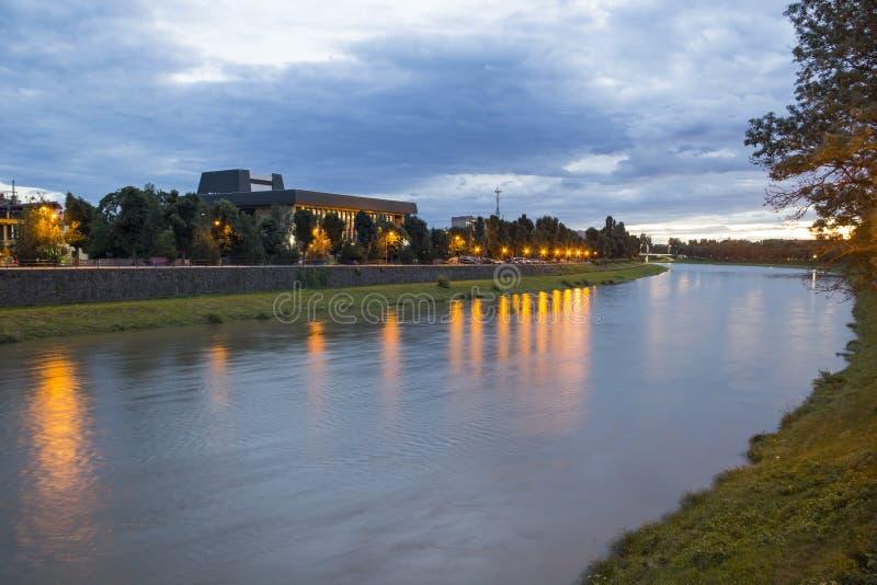 Flod Uzh i aftonen, Uzhgorod, Ukraina arkivfoto