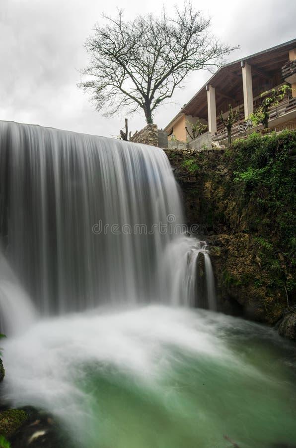 Flod vattenfall i förgrunden, fotografering för bildbyråer