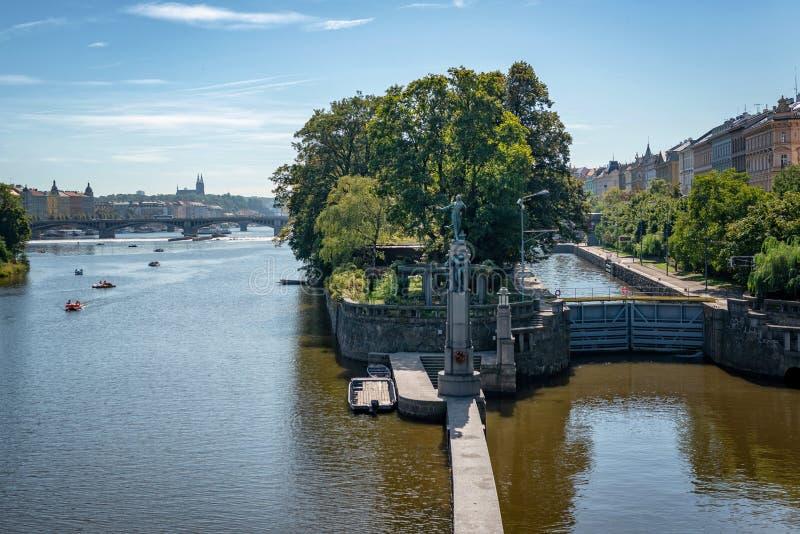 Flod vltava, som den kör till och med prague royaltyfria bilder