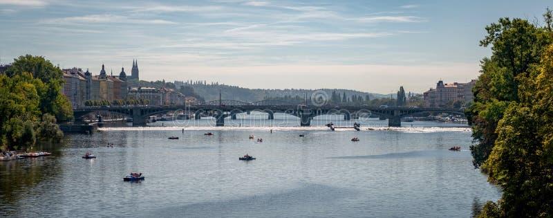 Flod vltava, som den kör till och med prague arkivbilder