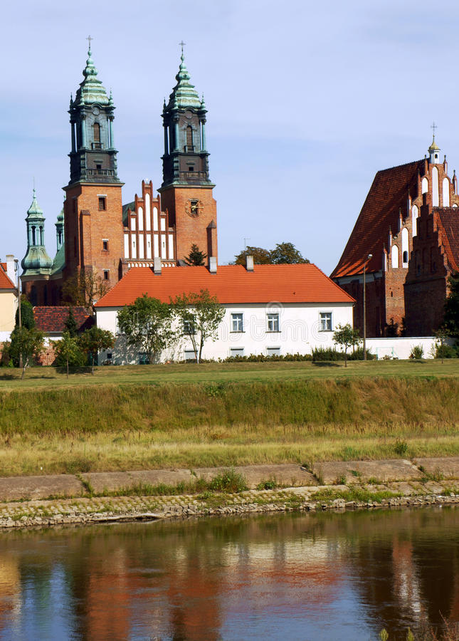 Flod Warta och Archicathedral Basilica i Poznan royaltyfri bild