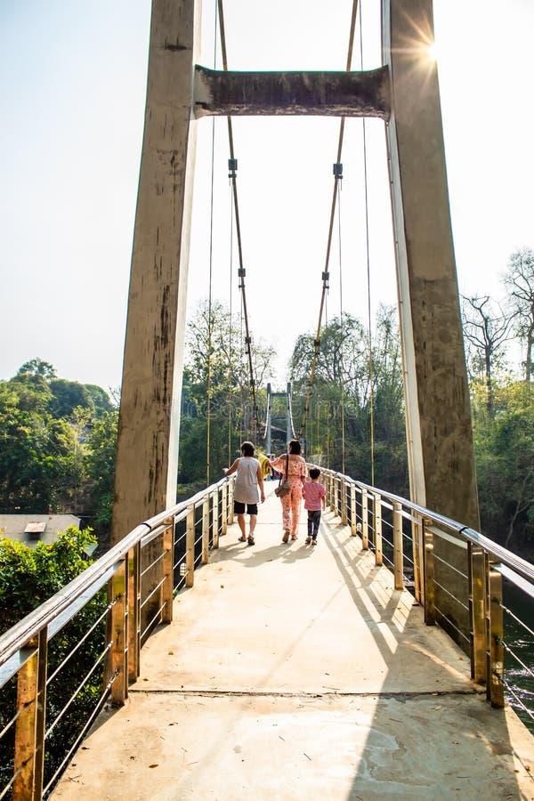 Flodbro på den Sai Yok Yai vattenfallet, Kanchanaburi arkivfoton