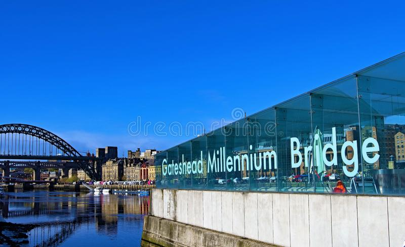 Flodbrygd slösar vid milleniumbron, Gateshead, på en härlig höstmorgon royaltyfria foton