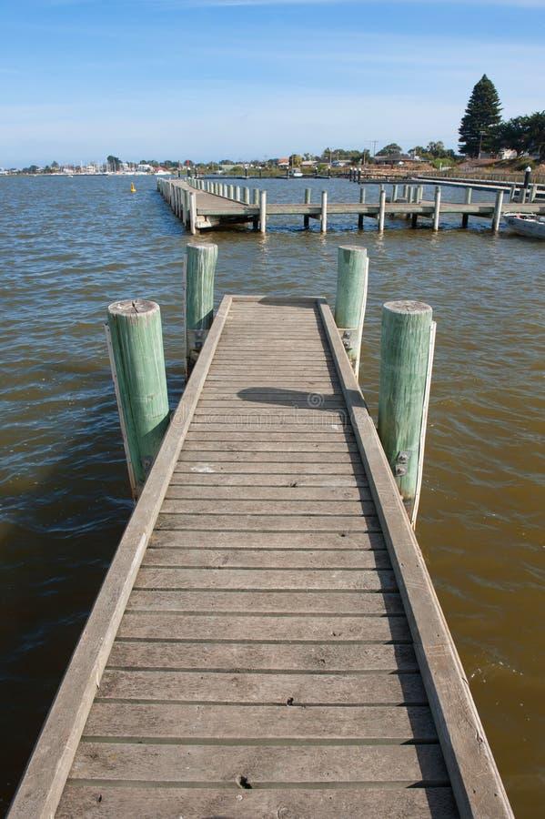Flodbrygga fotografering för bildbyråer