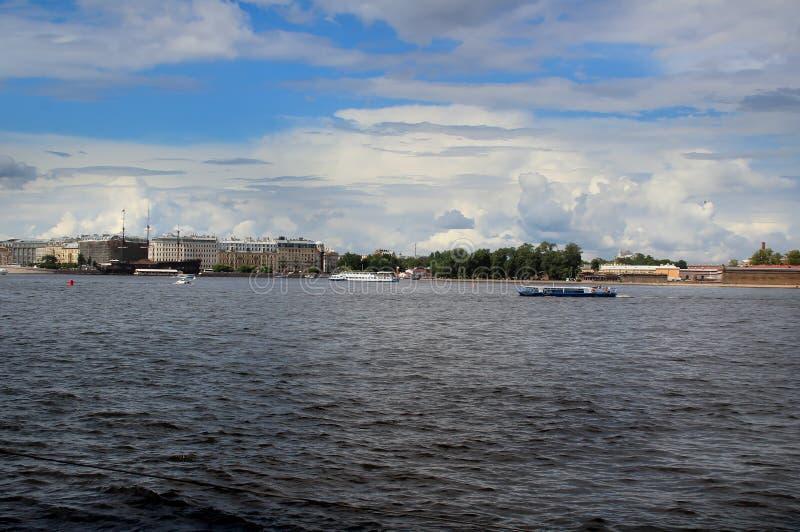 Flodbussar på Neva River arkivfoton