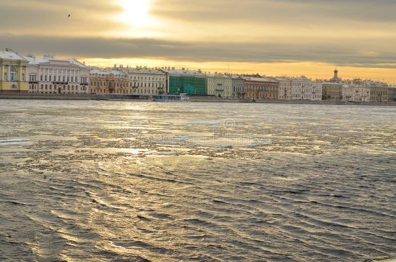 Floden flödar till och med staden fotografering för bildbyråer